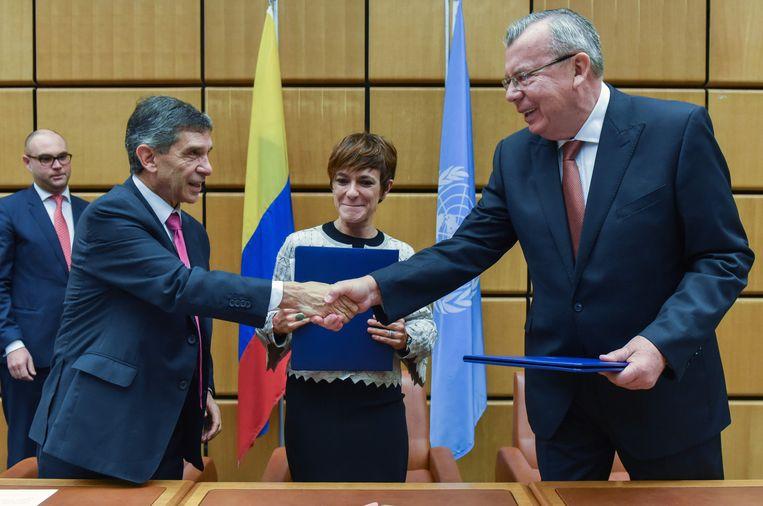 De Colombiaanse minister van werkgelegenheid Rafael Pardo Rueda (links) en UNODC-baas (rechts) na het tekenen van de overeenkomst.  Beeld AFP
