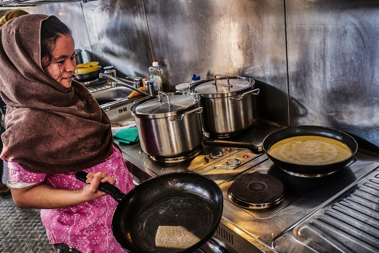 Een van de keukens in Kara Tepe.  Beeld Joris van Gennip