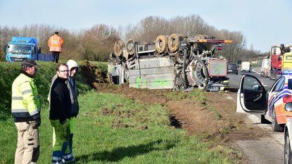 Vrachtwagen rijdt tegen signalisatievoertuig op A12