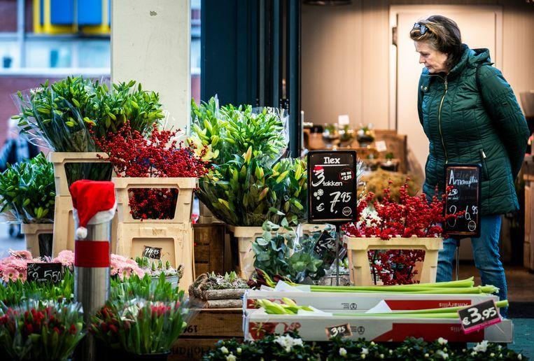 Een bloemenzaak in Den Haag is open op Eerste Kerstdag. Beeld Freek van den Bergh