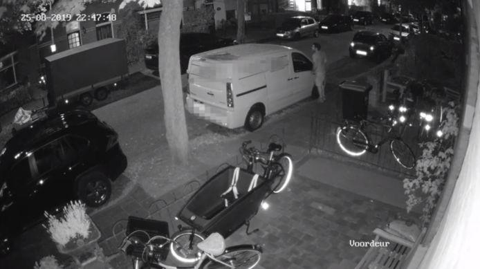 Videostill van de vernieling aan een bestelbusje in Nijmegen.