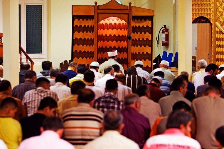 Moslims nemen deel aan het gebed in de Aya Sofia moskee in Amsterdam. Beeld ANP