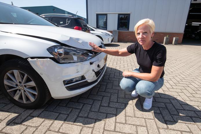 Trees de Boer (57) bij haar Volkswagen Golf die ze zwaar beschadigd terugkreeg van valetparkingbedrijf Topvalet Service BV.
