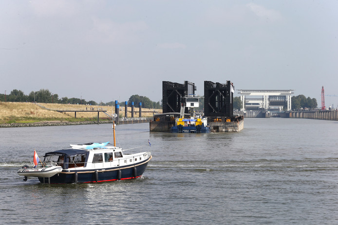 De nieuwe sluisdeuren arriveren per boot bij de Beatrixsluis in Nieuwegein.