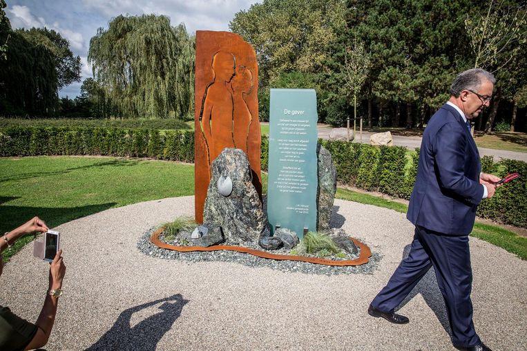Burgemeester Aboutaleb bij het monument. Beeld Arie Kievit