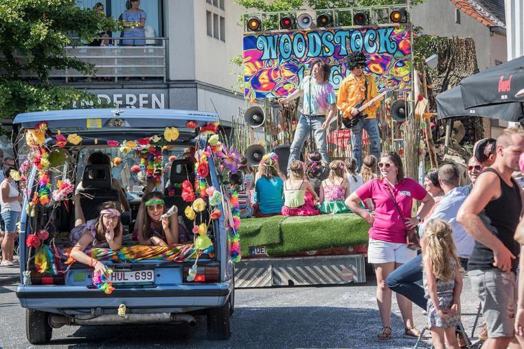 Een van de groepen in de Berenstoet doet mee als hippies.