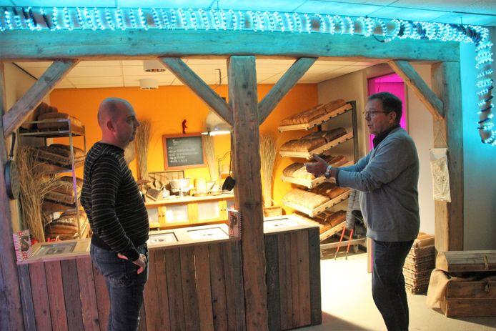 Dré den Ouden (rechts) vertelt honderduit bij de bakkerij als ze van de technische dienst vanuit het klooster een kijkje komen nemen.