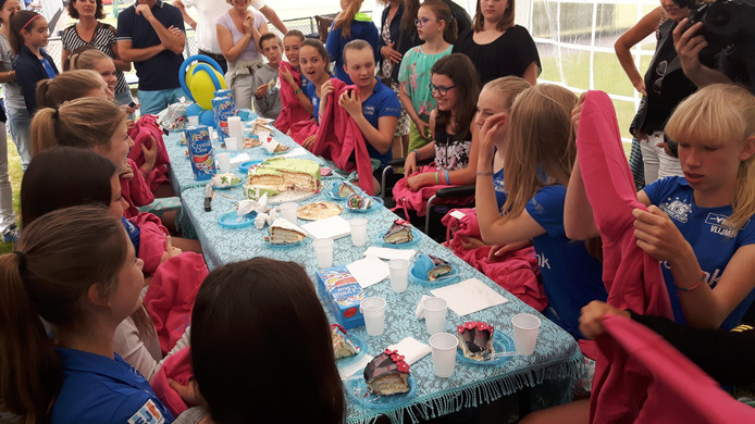 De meiden van de B2 van Mixed Hockey Club Vlijmen zijn blij met hun cadeautje.