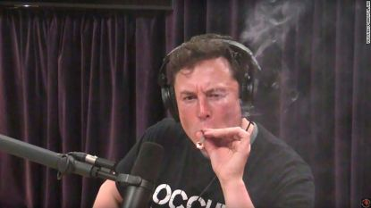 Tesla-topman rookt joint in live interview