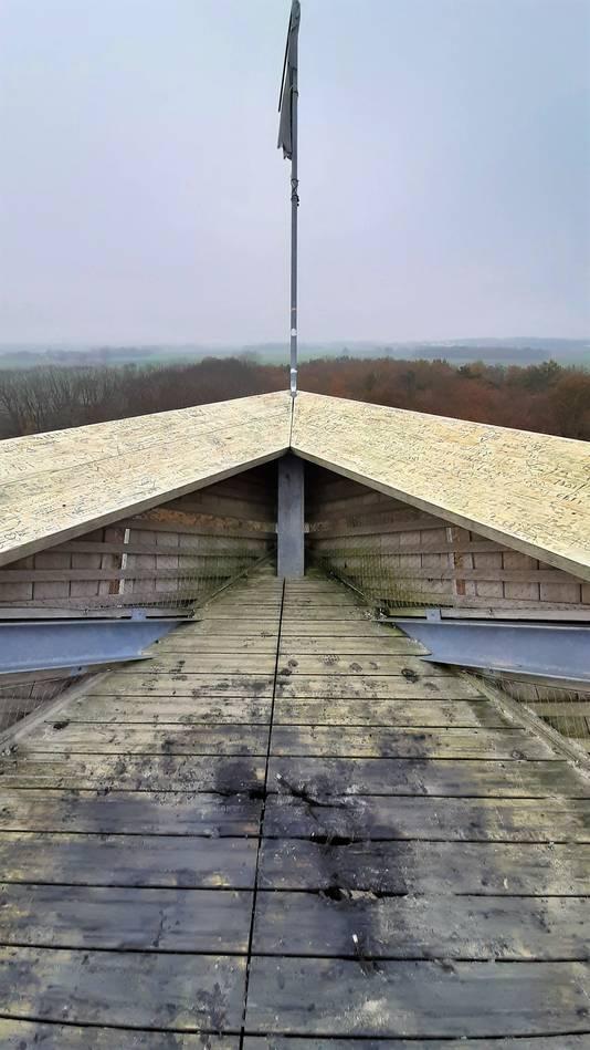 Vuurwerkschade op het bovenste platform van uitkijktoren Pompejus op Fort De Roovere bij Halsteren.