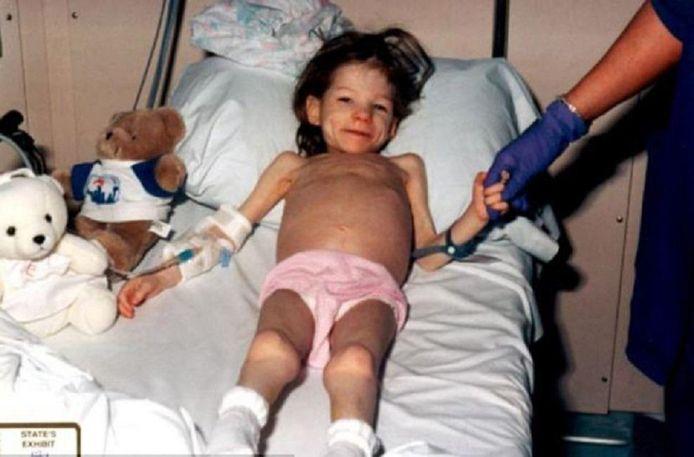 """C'est l'histoire de """"la fille du placard"""". Flashback en 2001. Les enquêteurs retrouvent la petite Lauren, quasiment morte de faim, enfermée dans un petit placard d'une salle de bain dans le Texas. Elle n'a que huit ans et pèse seulement 11,5 kg. Elle est transportée d'urgence à l'hôpital car ses organes vitaux sont gravement touchés."""