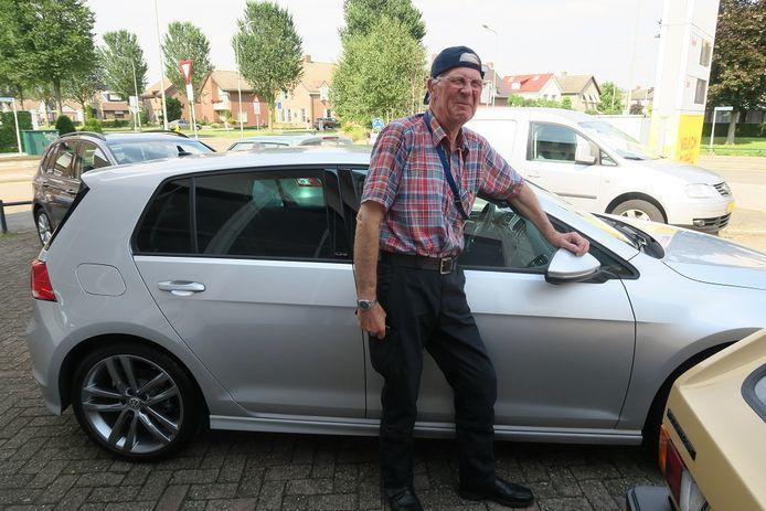 De heer Pasveer naast zijn hippe Golf 7 R-line met het VW-petje achterstevoren omdat hij volgens de autohandelaar wel van een geintje houdt.
