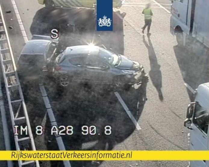 Beeld van het ongeluk op de A28.