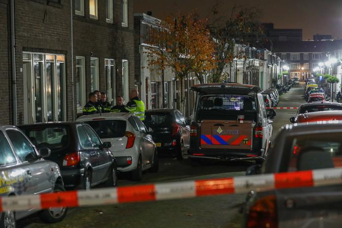 De politie deed onderzoek bij de woning waar een kogel door het raam vloog.
