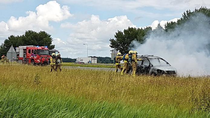 De brandende auto op de A28