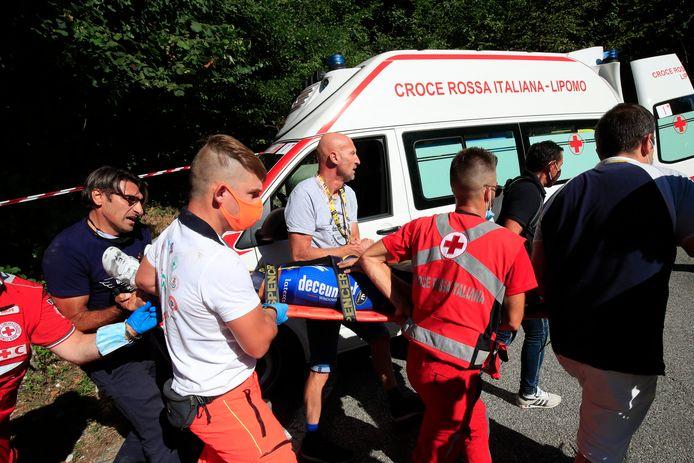 Remco Evenepoel wordt op de brancard naar de ambulance gedragen.