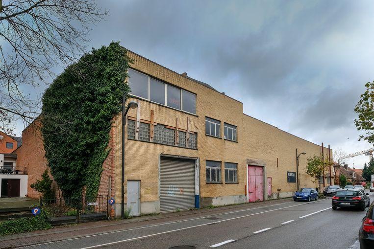 Het verloederde gebouw van Alumetal zal binnenkort verdwijnen.