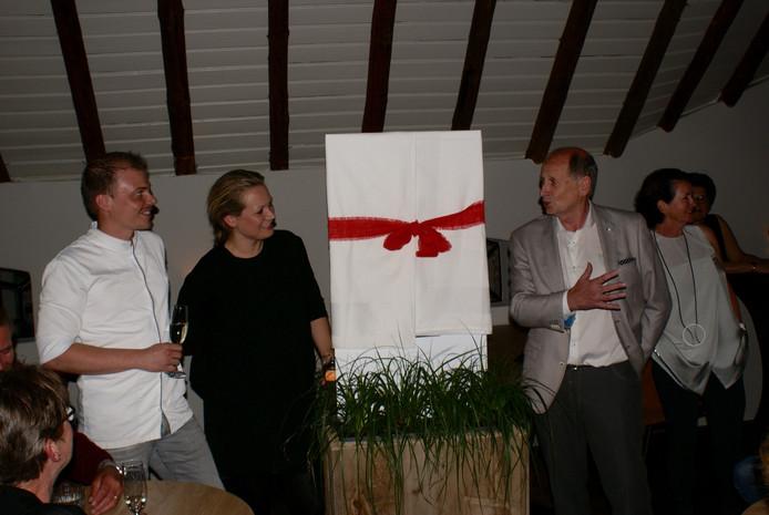 Hans Brekelmans (rechts) onthult de nieuwe naam van de bistro.