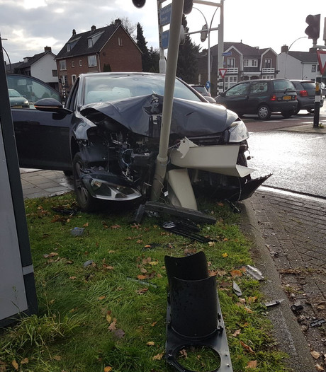 Auto total loss na botsing op stoplicht in Hengelo