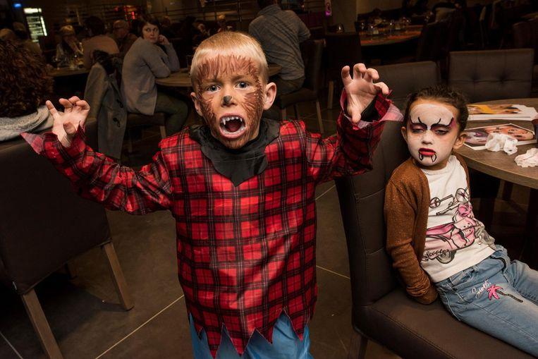 Yoran en Myrthe zijn geschminkt bij Bowling De Goe Smete.