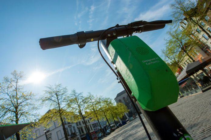 Une trottinette électrique Lime pose au milieu de la place Sainte-Catherine à Bruxelles.