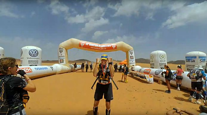 René Bleuanus op de finishlijn van de Marathon des Sables (screenshot finish).