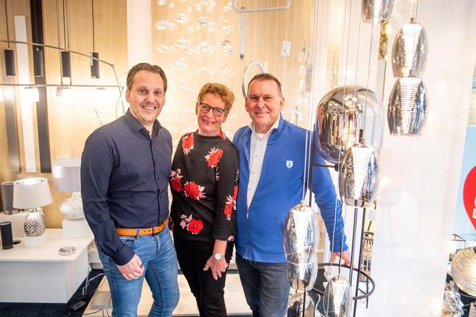 """Henk (rechts) en Ada van den Houten en zoon Roland (links) van Evi Verlichting: """"De winkel is een deel van ons leven."""""""