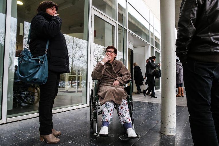 Een sigaretje roken buiten aan het ziekenhuis zoals hier aan het AZ Aalst wil men in Nederland verbieden.