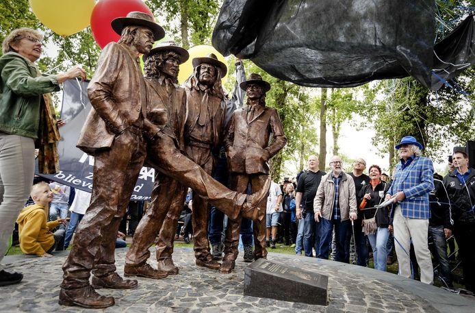 Bennie Jolink aanwezig bij de onthulling van het standbeeld van Normaal in Hummelo.