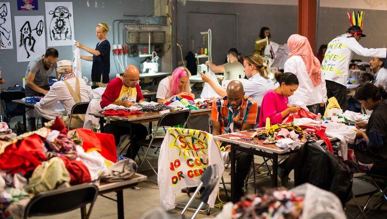 Links:¿Deelnemers aan de workshop konden hun eigen pak maken voor tijdens de Peace Suit Parade tijdens Vredesweek. Beeld Mats van Soolingen