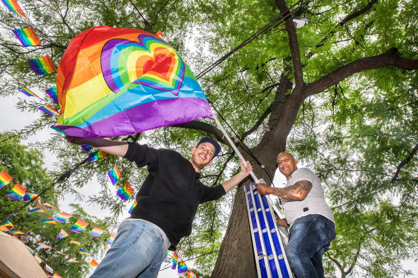 Ben Manuputty Rechts) hangt samen met Sebastiaan de Grote markt vol met regenboogvlaggen en vlaggetjes voor het The Hague Rainbow Festival.(Den Haag 08-06-18) Foto:Frank Jansen