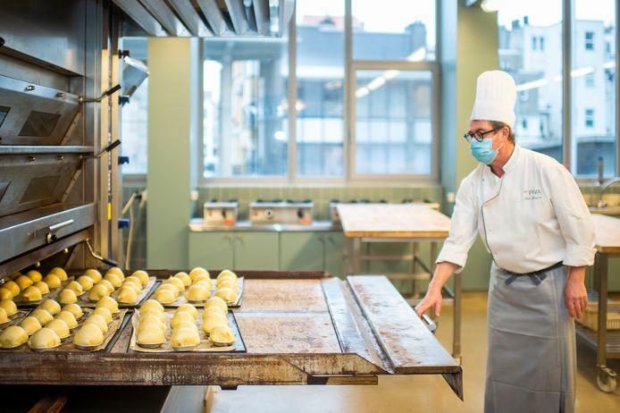 Dirk Lemmens, leerkracht bakkerij bij PIVA, haalt de appelbollen uit de oven.