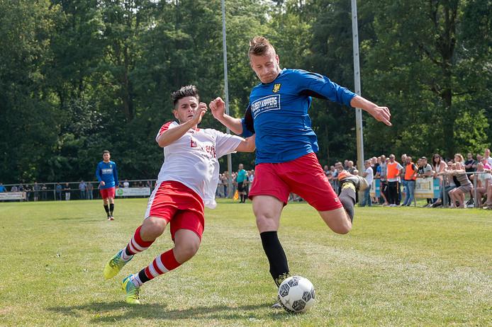 Turkse Kracht (links) en Davo (rechts) kunnen voorlopig niet terecht op het eigen Deventer sportpark Rielerenk.