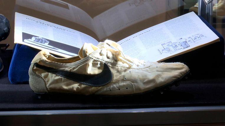 De 'Moon Shoe' in New York. Binnenkort verhuist het paar schoenen naar Canada. Beeld AP