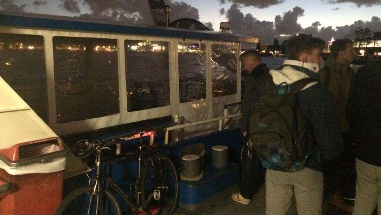 Opvarenden op de stuurloze pont Beeld Hanna Bijl