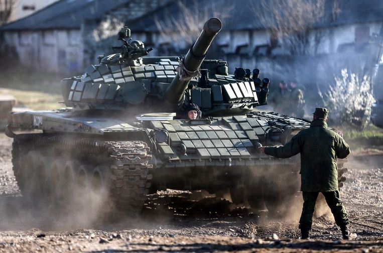 De nieuwe T-72 tanks vaj Rusland wordt in gebruik genomen, gisteren op de Krim. Beeld epa