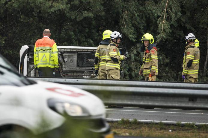 Een auto raakte bij een ongeval op de A50 van de weg en belandde op de zijkant.