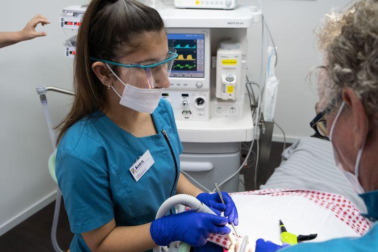 Behandeling bij tandarts Kies in Alphen aan den Rijn. Beeld Sabine van Wechem
