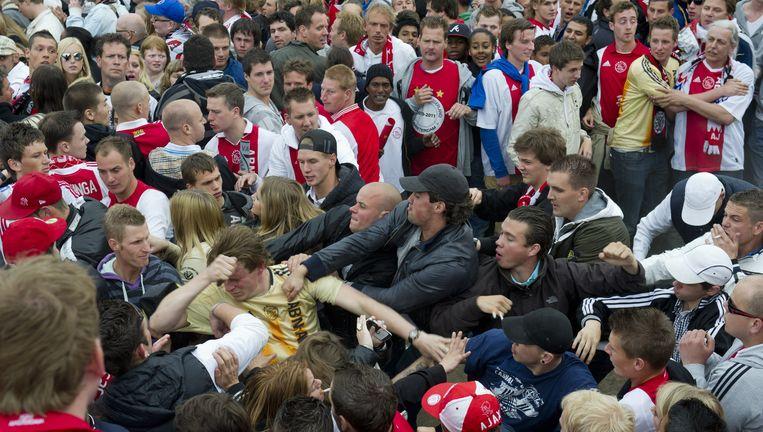 Supporters van Ajax gaan met elkaar op de vuist tijdens de huldiging van de Ajax-selectie op het Museumplein. Foto Beeld anp
