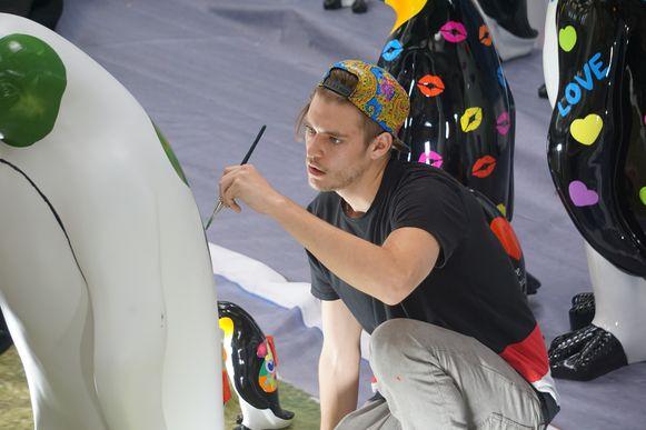 Nicholas Van Varenberg, zoon van acteur en spierbundel Jean-Claude Van Damme, kwam twee pinguïns beschilderen