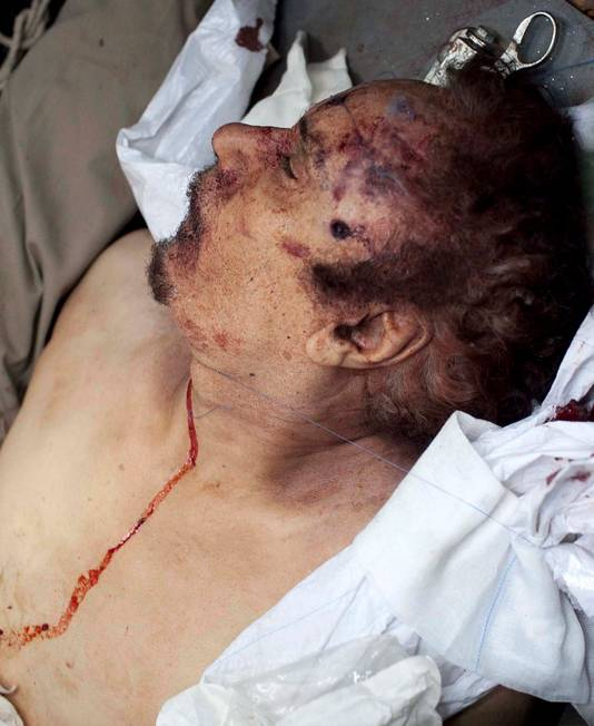 La dépouille de Mouammar Kadhafi a été transportée en ambulance à Misrata.