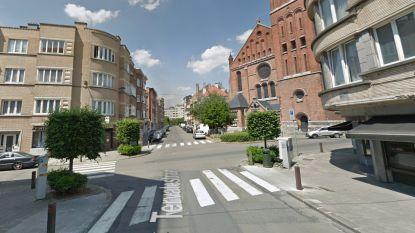 Auto en reclamebord geraakt bij ongeval in Etterbeek