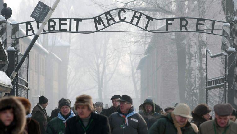 Bezoekers bij de toegangspoort van voormalig concentratiekamp Auschwitz-Birkenau in Oswiecim, Polen. Beeld epa