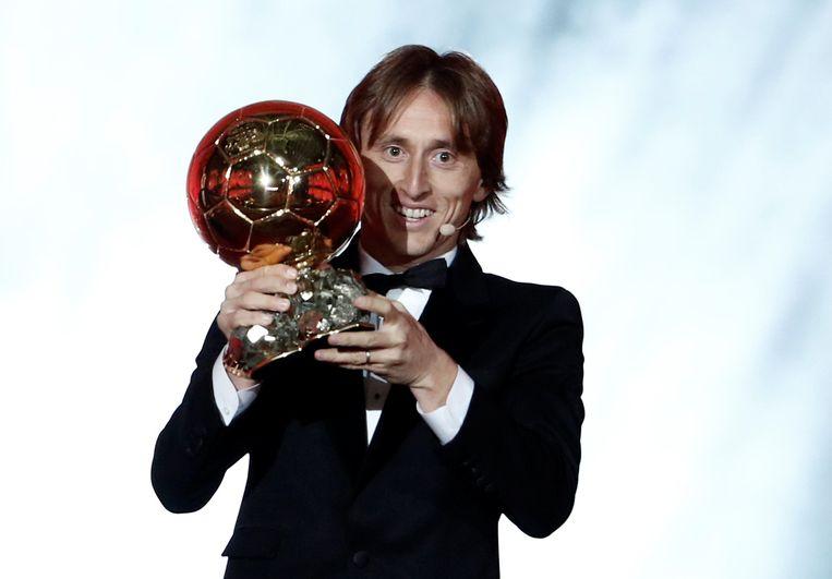 Luka Modric pronkt met de Ballon d'Or.