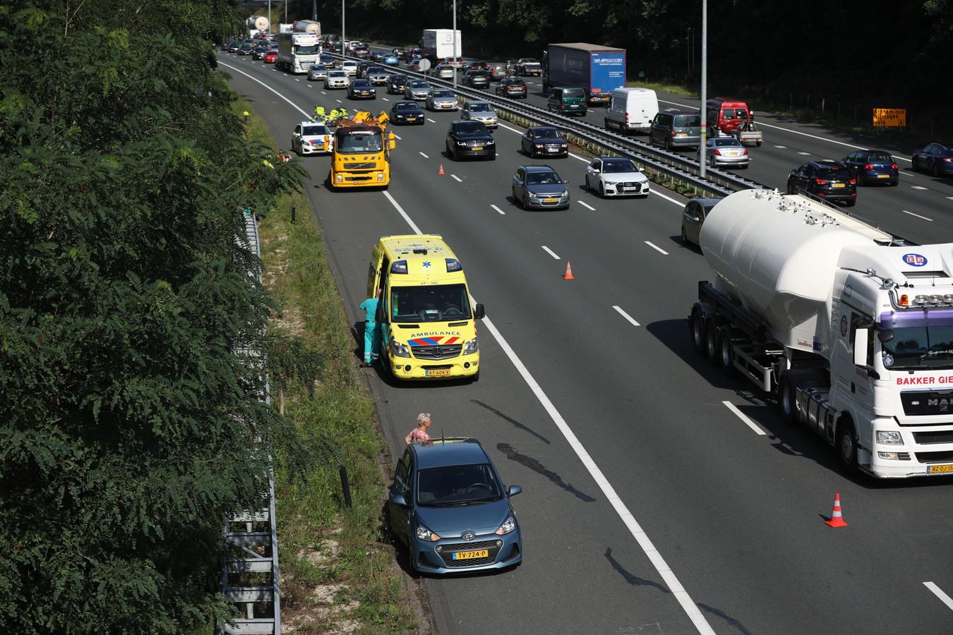 Hulpverlening na het ongeluk op de A12 bij Arnhem.