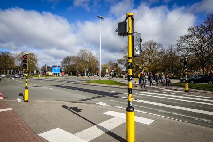 Een brug voor voetgangers en fietsers moet twee verkeerslichten wegwerken in de toekomst.