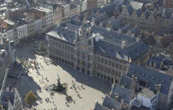 De Antwerpse Grote Markt en het Stadhuis.