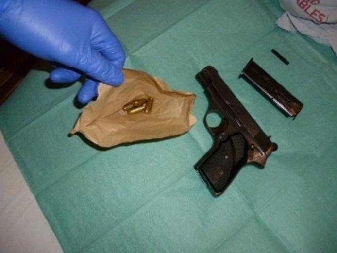 Eén van de vuurwapens die bij de inval in Aalst werden gevonden.