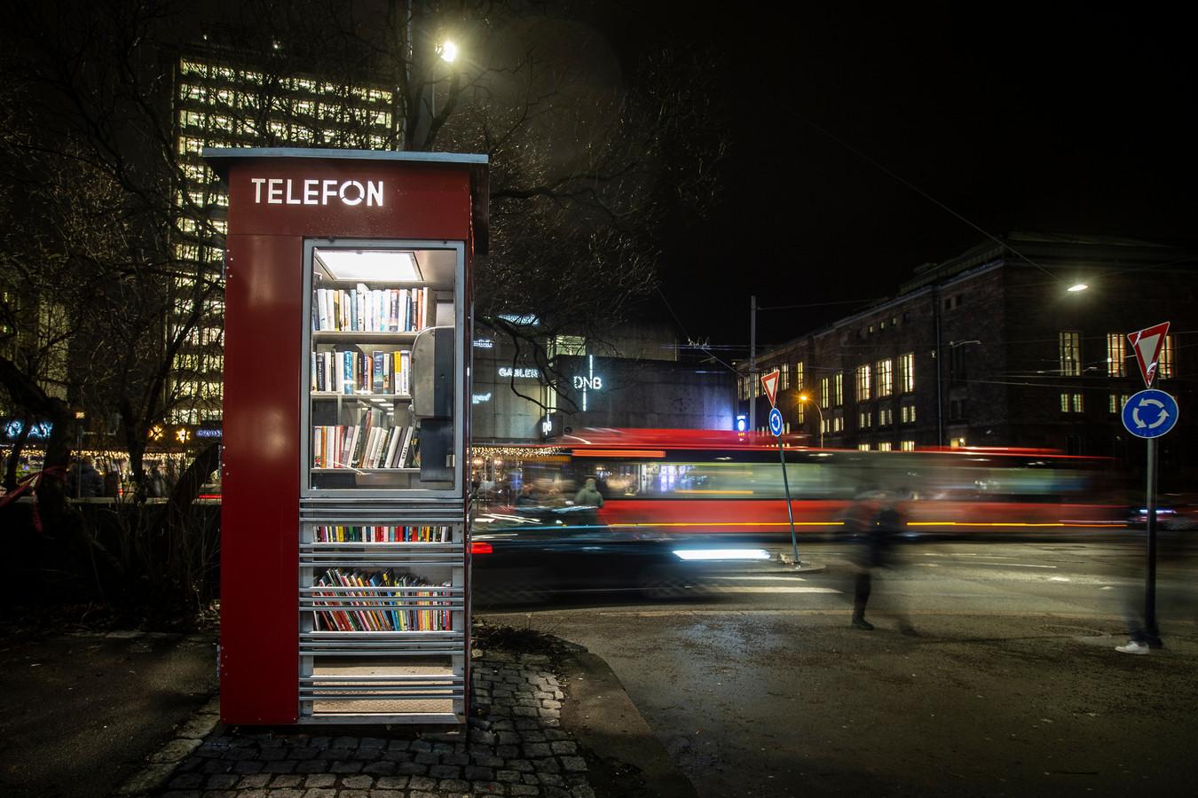 De eerste Noorse telefooncel die is omgebouwd tot mini-bibliotheek in Oslo.