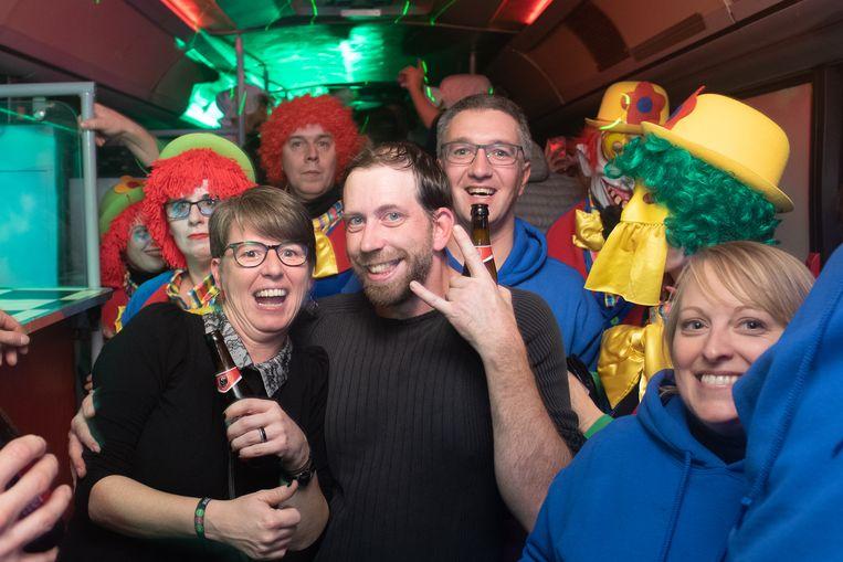 Partybussen brengen deelnemers naar acht feestlocaties in Kruisem.